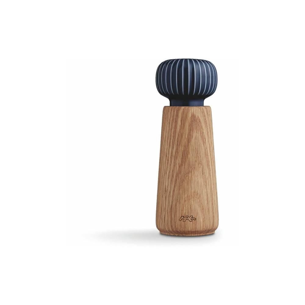 Kähler Design Mlynček z dubového dreva na korenie s tmavomodrým detailom z porcelánu Kähler Design Hammershoi, výška 17,5 cm